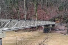 Radwegbrücke aus Aluminium über die Prüm.
